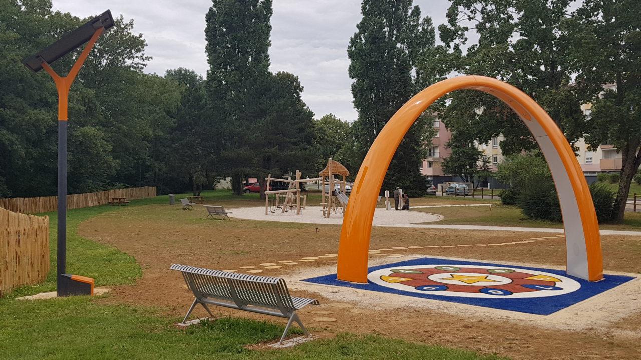 Yalp Solar und Yalp Sona - Spielbogen in der französischen Stadt Charmount, öffentlicher Raum